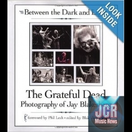 Between the Dark and Light: The Grateful Dead Photography of Jay Blakesberg (Livre/Book)